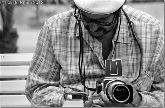 """Joaquín con su """"Hassel"""" practicando su pasión por la fotografía."""