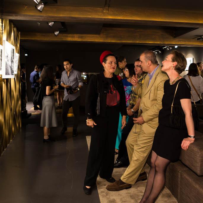 """Cristina de Prada en la exposición de Loewe """"The Kennedys"""" con Tony Nourmand, autor y editor del libro """"The Kennedys"""""""