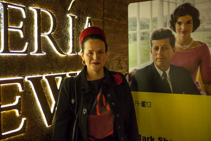 """Cristina de Prada en la exposición de Loewe """"The Kennedys""""     Cristina de Prada en la exposición de Loewe """"The Kennedys"""""""