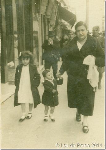 Mi madre con mi hermana y yo por la calle mayor